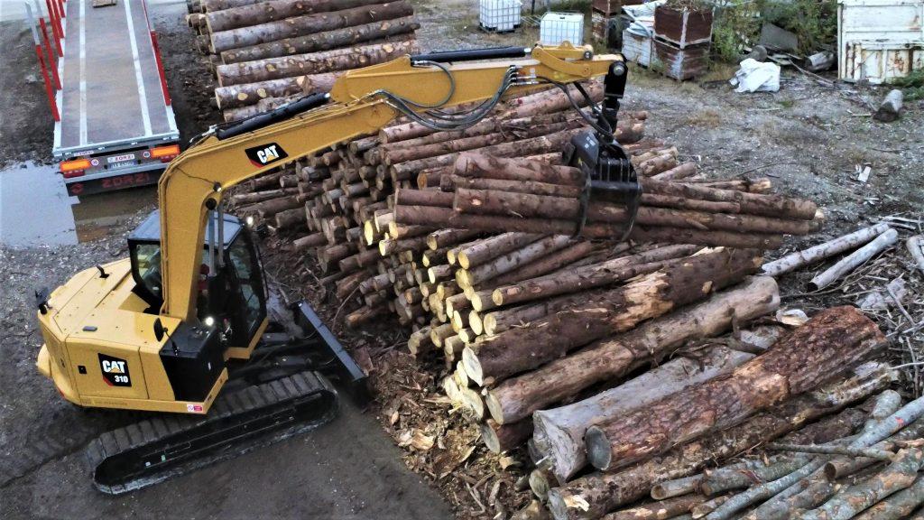 Cat 310 Next Gen in movimentazione legname