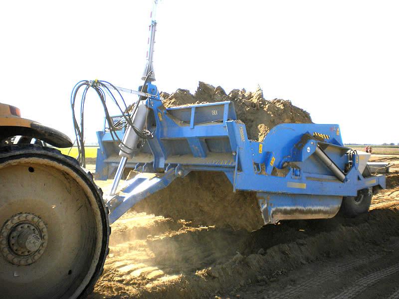 Gli scraper trainati sono ancora oggi attrezzature molto utilizzate nella modellazione del terreno grazie alla loro capacità produttiva