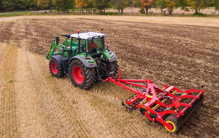 Vaderstad Carrier in campo con trattore Fendt