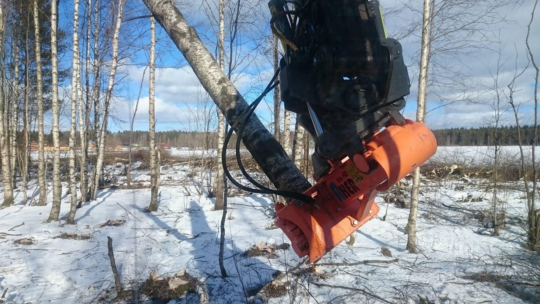 La gamma Axer si adatta a escavatori e gru forestali per trattori