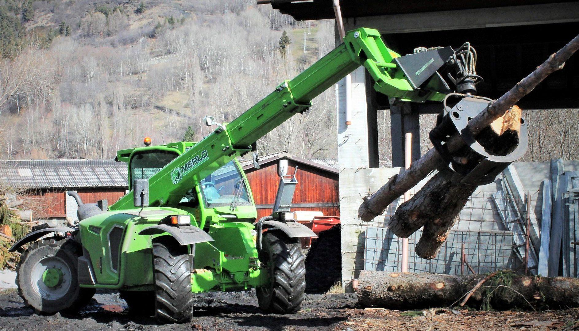 Il settore forestale è fra i più frequenti per il Merlo MF40.9 CS sia con argani posteriori, sia con pinze da legna che sfruttano la capacità di sollevamento della macchina.